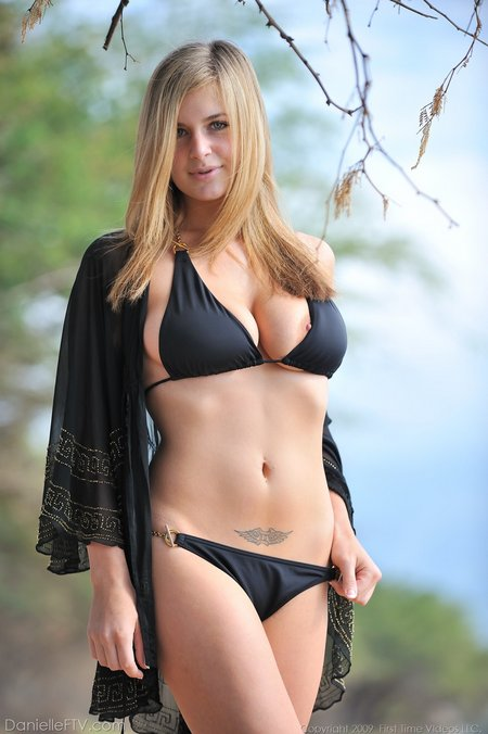 danielleftv-nippleslip-bikini