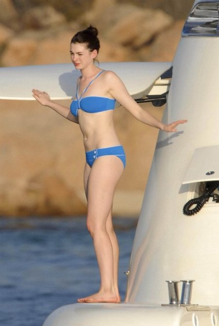 anne hathaway-bikini